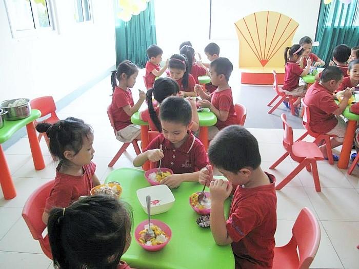 Cách chọn bàn ăn cho trẻ mẫu giáo phù hợp