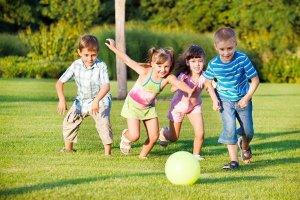 Những trò chơi ngoài trời mang đến lợi ích gì cho bé?